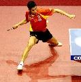 图文:乒乓球团体世界杯 王励勤比赛中侧身进攻