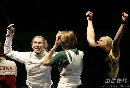 图文:[击剑]爱尔兰女花团体折桂 激动女剑客