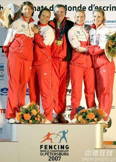 图文:[击剑]爱尔兰女花团体折桂 最高领奖台