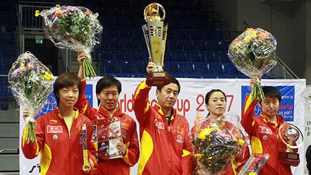 图文:乒球团体世界杯颁奖 中国女队在领奖台上