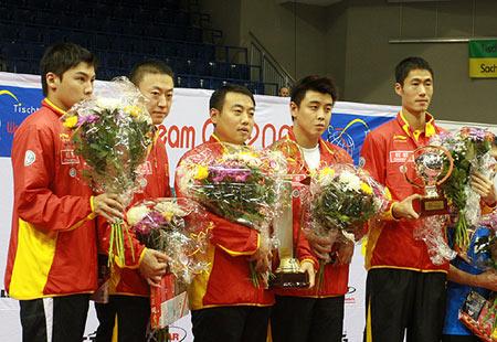 图文:乒球团体世界杯颁奖 中国男乒在领奖台上