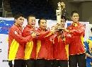 图文:乒球团体世界杯颁奖 男乒高举冠军奖杯