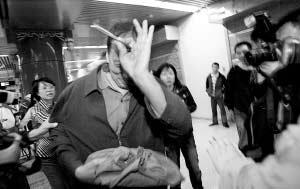 第一个买到纪念票的市民遭记者围堵。本报记者 周民 摄
