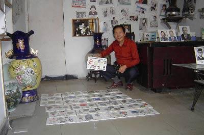 刘汉斌在展示他制作的历届奥运会高温瓷像作品。   韩章  摄