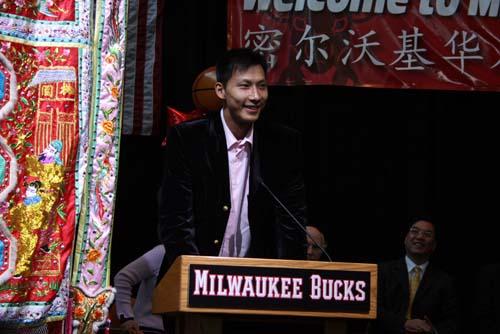 图文:[NBA]密城宣布易建联日 易建联喜笑颜开
