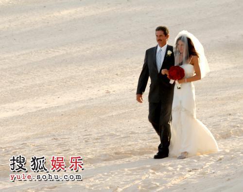Montel的妻子走向婚礼现场