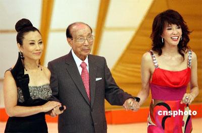 十月四日,邵逸夫在汪明荃〔左〕、郑裕玲〔右〕等的陪同下出席香港无线电视四十周年台庆亮灯仪式。当日,这位香港影视巨人迎来百岁大寿。 中新社发 武仲林 摄