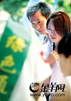 """广东各大高校开通""""绿色通道"""",让没钱交学费的新生""""免费""""入学。夏世焱/摄(资料图)"""