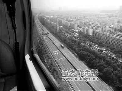 昨日上午,记者从警用直升机上俯视广深高速,路面比较顺畅。通讯员詹雨生摄
