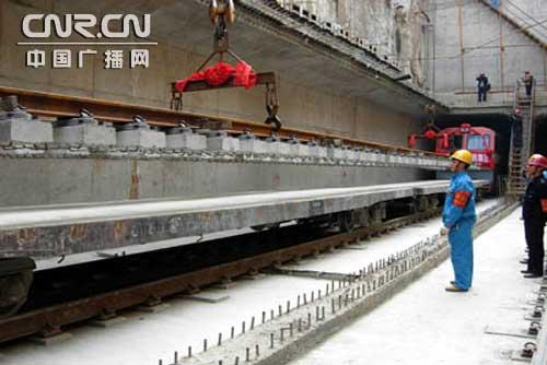 施工人员正在吊装铁轨