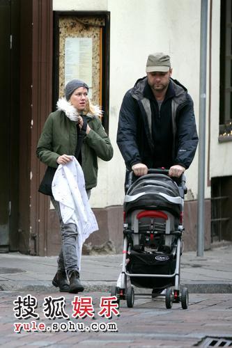 娜奥米-沃茨和丈夫推孩子出门