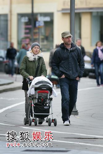 娜奥米-沃茨推着婴儿车