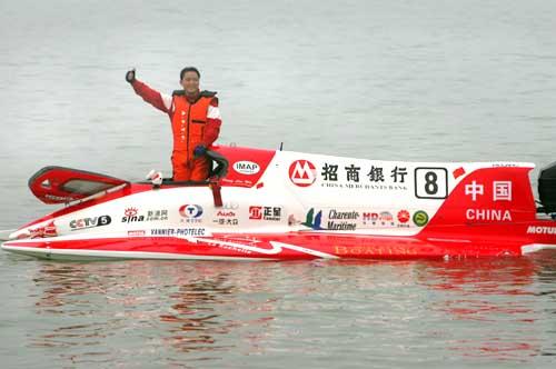 图:中国选手彭林武赛后在艇上向观众致意