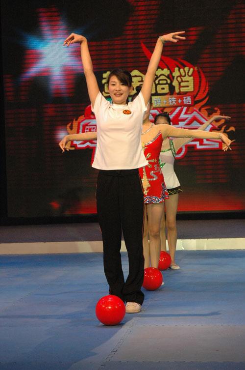 图: 奥运明星队 奥运冠军李娜挑战球操项目