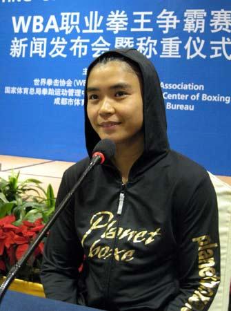图文:WBA金腰带争霸赛 中国张喜燕称重仪式上