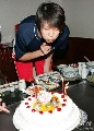 图文:赵蕊蕊生日聚会 蕊蕊许下心愿后吹灭蜡烛