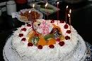 图文:赵蕊蕊生日聚会 点燃生日蜡烛的蛋糕