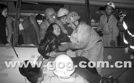 受困女乘客被救出