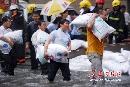 杭州遭40年一遇罕见内涝 面粉紧急用来堵水