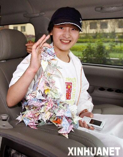 图文:体操美女王燕康复出院 展示手中千只纸鹤