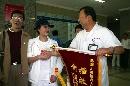 图文:体操美女王燕康复出院 真心诚意赠送锦旗