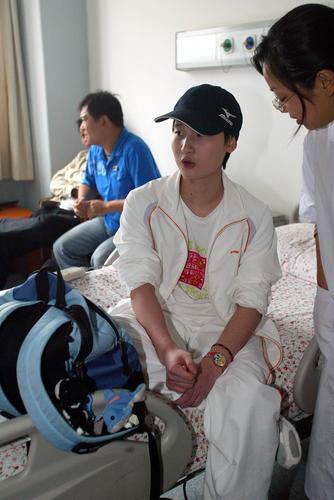 图文:体操美女王燕康复出院 静坐床边急待出院