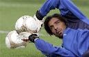 图文:[欧洲杯]意大利集训备战 布冯飞身扑救