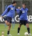 图文:[欧洲杯]意大利集训备战 托尼做压腿动作