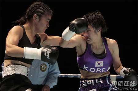 图文:张喜燕夺WBA拳王争霸赛金腰带 出手凶猛