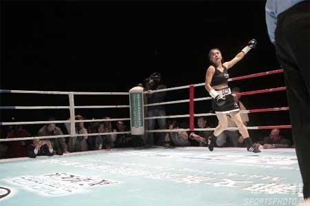 图文:张喜燕夺WBA拳王争霸赛金腰带 答谢观战