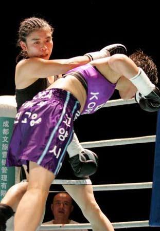 图文:张喜燕夺WBA金腰带 这一拳打得真够狠