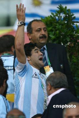 图为阿根廷球星马拉多纳为阿根廷队助威。 中新社发 盛佳鹏 摄