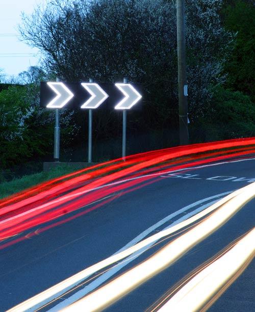 当车辆快速接近该弯道时,Westcotec发出一个信号,自动开启LED,使得警告标志更加清晰。
