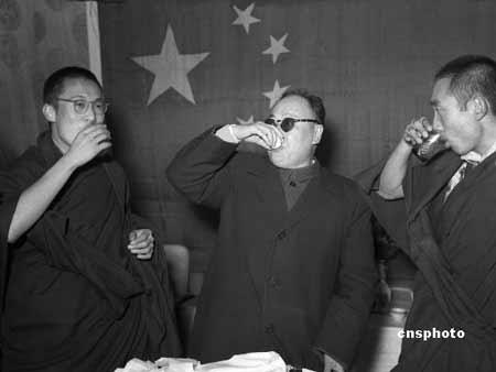 一九五六年四月,拉萨。陈毅副总理与达赖喇嘛、班禅额尔德尼共同举杯,为庆祝西藏自治区筹委会成立畅饮。 中新社资料图 张丰祺 摄