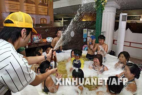 10月10日,在日本神奈川县箱根町的温泉胜地,人们享受啤酒温泉浴。