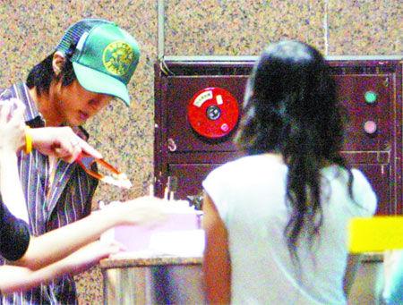 当晚20:33吴尊(左)离开录音室,粉丝请他切生日蛋糕。