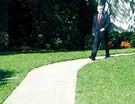 """上图:布什前往记者会,就""""亚美尼亚屠杀案""""一事表明白宫观点"""