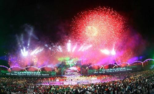 图文:2007年夏季特殊奥运会闭幕 夜空流光溢彩