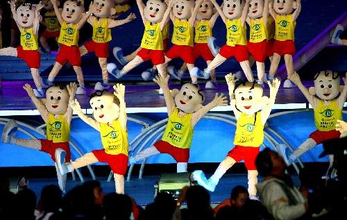 图文:2007年世界夏季特殊奥运会闭幕 三毛舞蹈