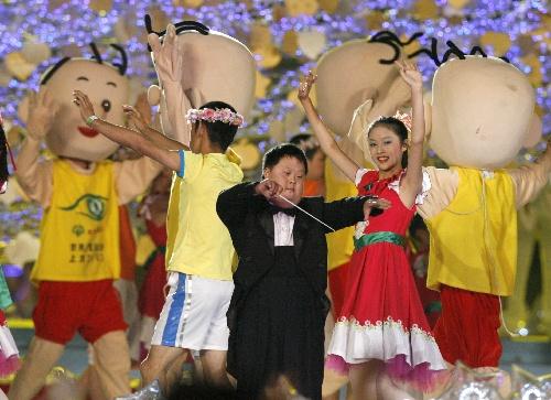 图文:2007年世界夏季特殊奥运会闭幕 舟舟指挥