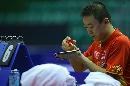 图文:中国男乒巴塞罗那首训 马琳粘球拍