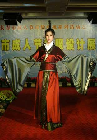模特展示成人礼礼服 记者 张秋磊 摄