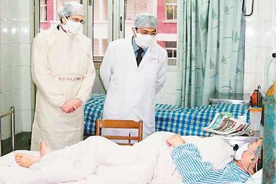 唐小平(中),广州市第八人民医院院长