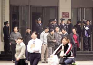 多名警察守在西单商场门口。本报实习生 张魁 摄