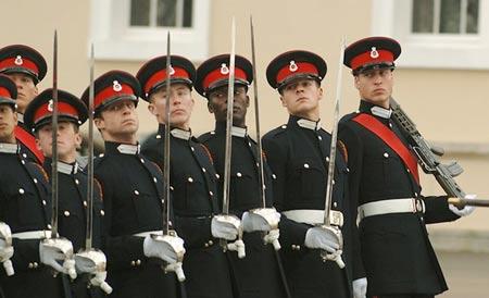 2006年12月,威廉王子(右一)从英国桑赫斯特军事学院毕业,此后加入英国陆军装甲部队,在多塞特郡巴温顿营接受6个月训练。
