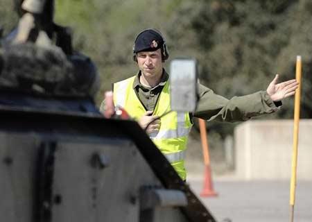 威廉王子在指挥属下进行驾驶训练。图片:英国国防部(UKMODphotobySgtGaryTyson)