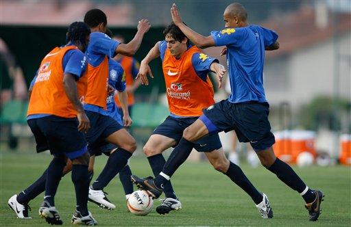 图文:巴西备战世界杯预选赛 卡卡突破重围