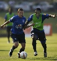 图文:巴西备战世界杯预选赛 埃拉诺拼抢积极