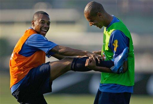 图文:巴西备战世界杯预选赛 罗比尼奥压腿训练