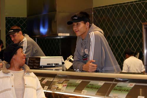 图文:[NBA]雄鹿队体验商场生活 和顾客打招呼
